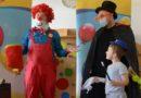 Weltkindertag: Clown bringt kleine Patienten in Lauchhammer zum Lachen